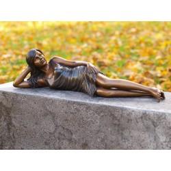Bronzefiguren - Frau liegend