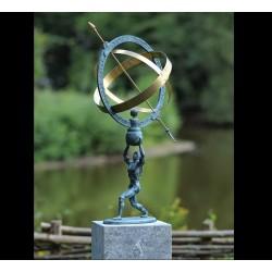 Bronzefiguren - Mann mit Sonnenuhr