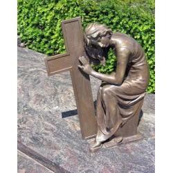 Bronzefiguren - Dame sitzend mit Kreuz