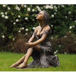 Bronzefiguren - Frau sitzend